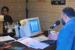 Comunicatore radiofonico Radio Lachiwana comunica durante un programma della radio